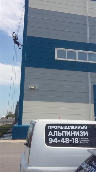 Мойка фасада учебного центра ПАО ФСК ЕС альпинистами